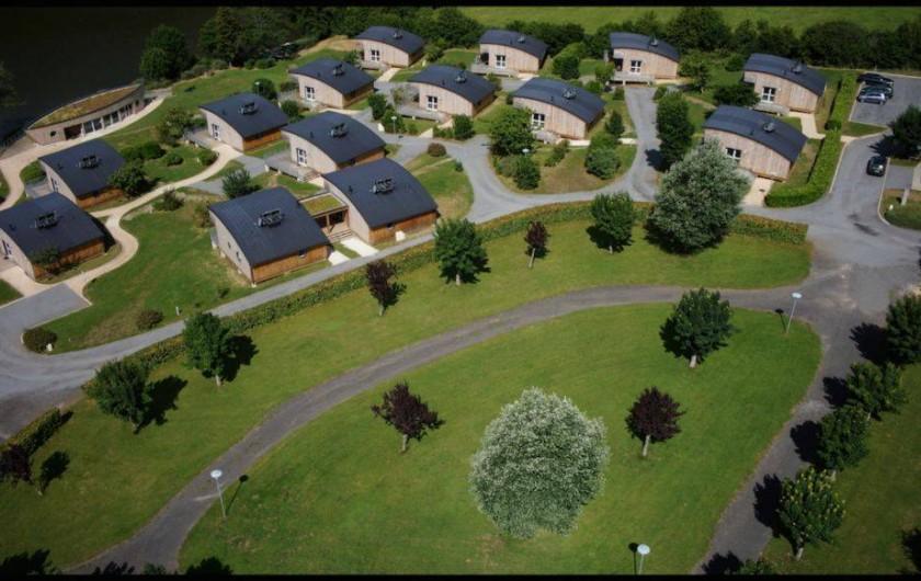 Location de vacances - Chalet à Menet - Vue d'ensemble du village de vacances du lac de Menet.