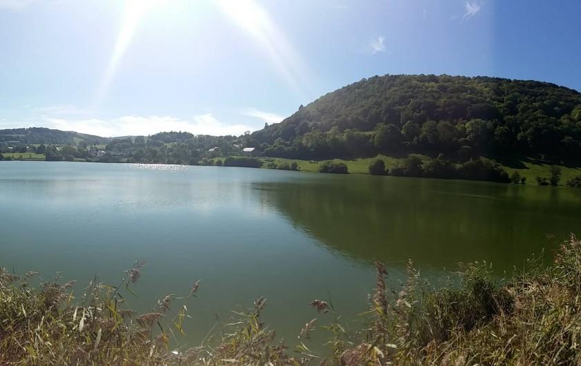 Location de vacances - Chalet à Menet - vue sur le lac de Menet Cantal Auvergne