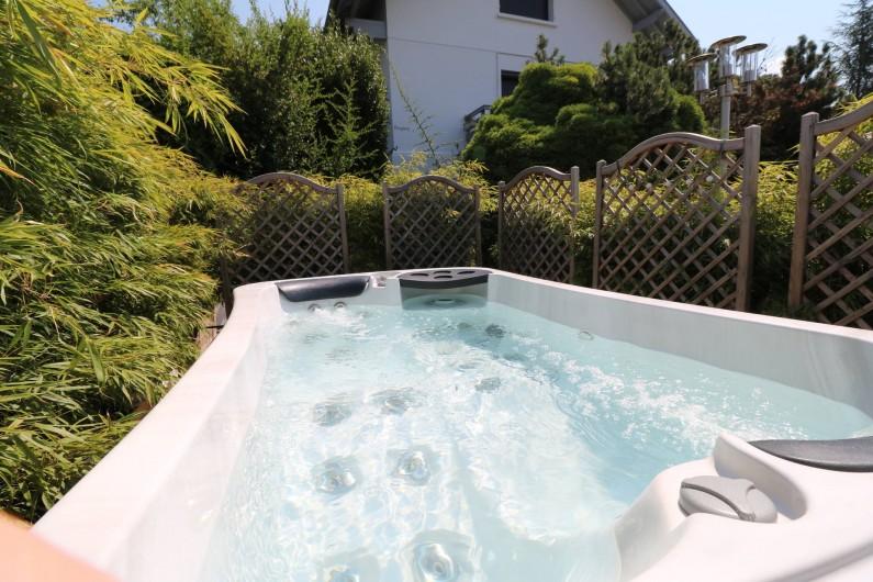 Location de vacances - Studio à Aix-les-Bains - Un autre spa se situe sur la terrasse également