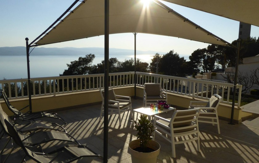 Location de vacances - Appartement à Brela - Grande terrasse commune, avec vue sur l'île de Brač.