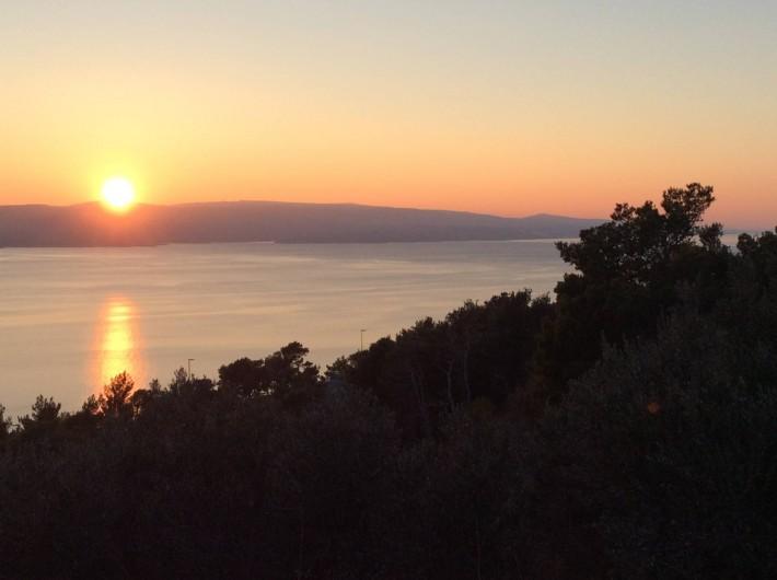Location de vacances - Appartement à Brela - Le coucher du soleil sur l'île de Brač. (vue du balcon).