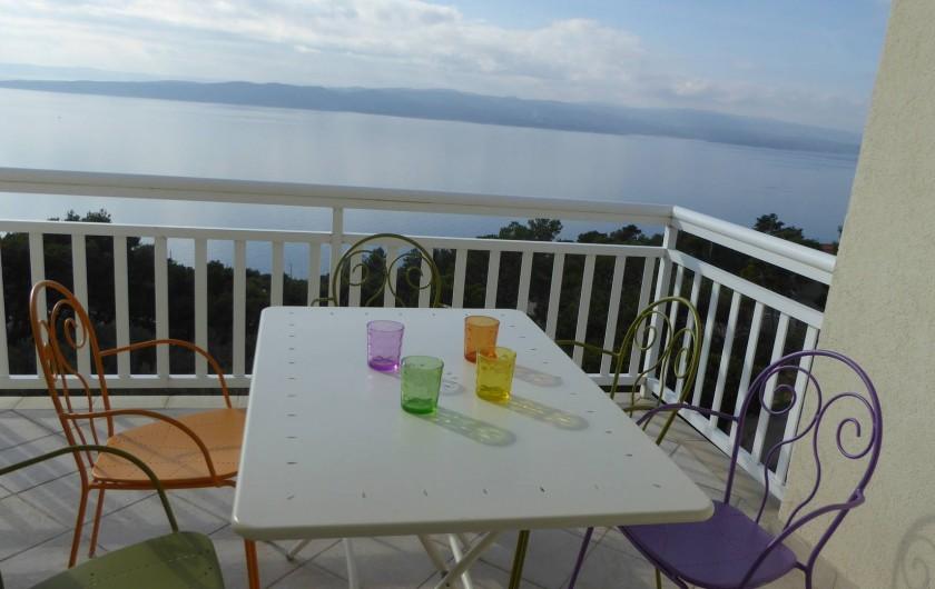 Location de vacances - Appartement à Brela - Le balcon, situé plein sud, vue mer et sur l'île de Brač.