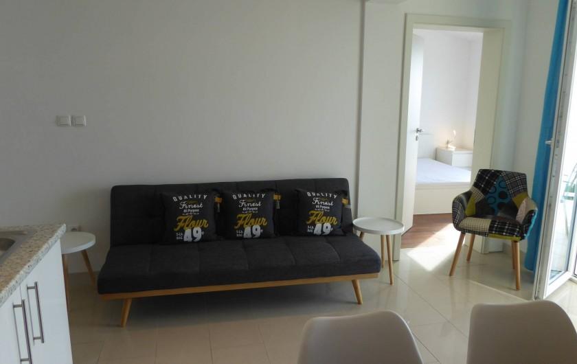 Location de vacances - Appartement à Brela - Le salon avec vue vers  la chambre Sud.