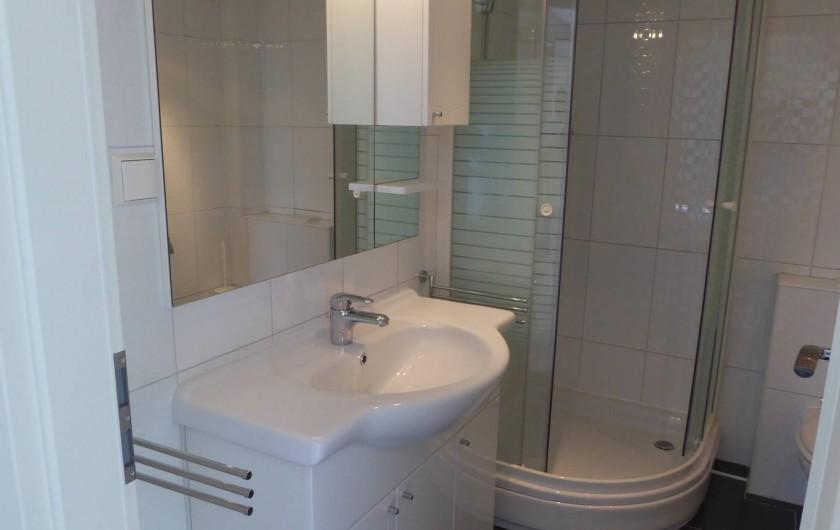 Location de vacances - Appartement à Brela - La salle de bains avec machine à laver.