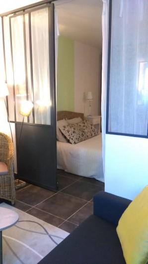 Location de vacances - Studio à Saint-Aygulf - chambre avec cloison