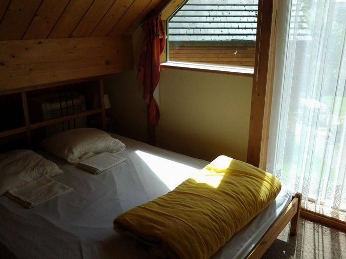 Location de vacances - Bungalow - Mobilhome à Froidchapelle - 1ère chambre (chambre parentale)