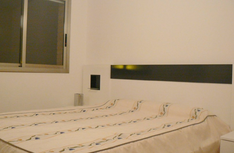 Location de vacances - Appartement à Sant Carles de la Ràpita - Chambre des parents. Elle est climatise et bien meublee,