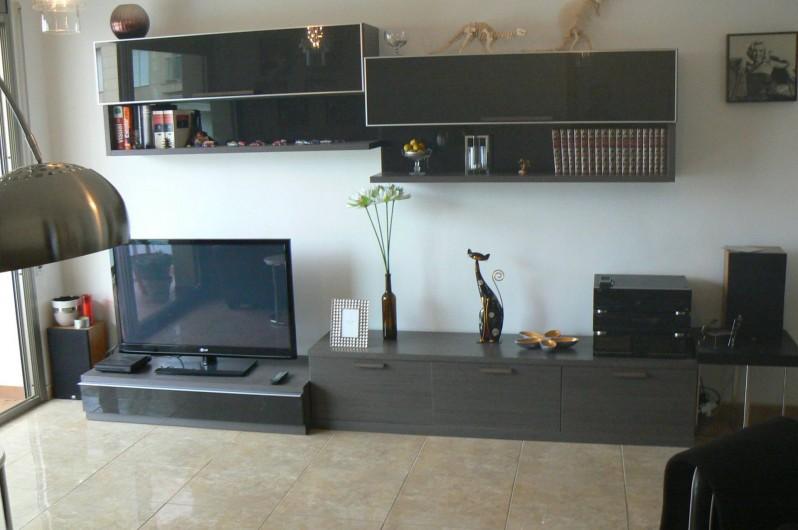 """Location de vacances - Appartement à Sant Carles de la Ràpita - Salon lumineux et bien équipé. TV de 48 """" , climatise, canapé en cuir .."""