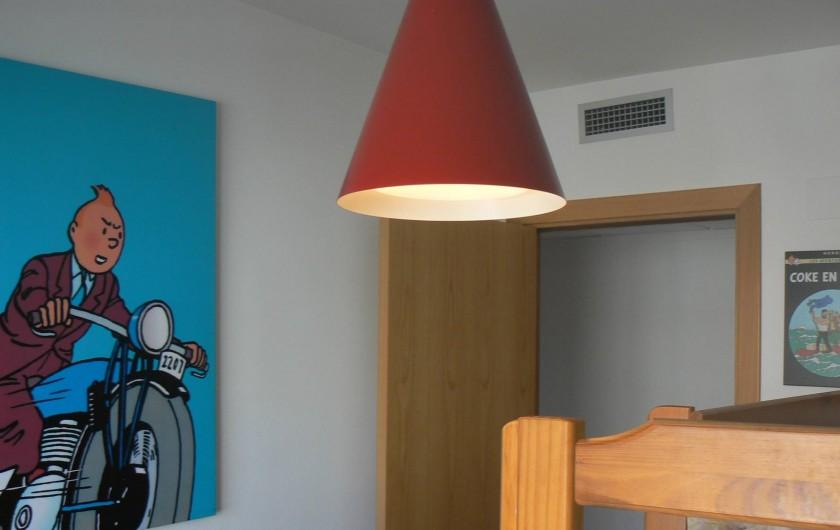 Location de vacances - Appartement à Sant Carles de la Ràpita - Detail de la chambre des enfants. Deux lits superposes.