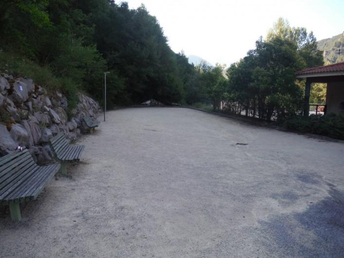 Location de vacances - Appartement à Digne-les-Bains - Terrain de pétanque de la résidence.