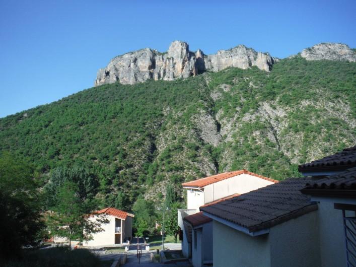 Location de vacances - Appartement à Digne-les-Bains - Vue du côté gauche depuis notre jardin !