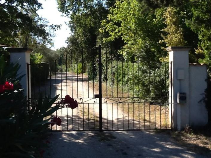 Location de vacances - Villa à Velleron - portail automatique