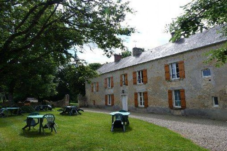 Location de vacances - Gîte à Crouay - Espace avec salons de jardin et  barbecues