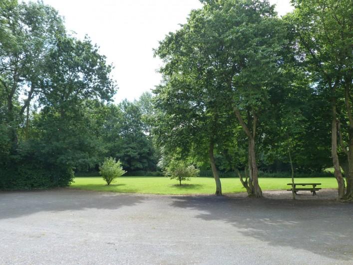 Location de vacances - Gîte à Crouay - Parc arboré autour des gîtes