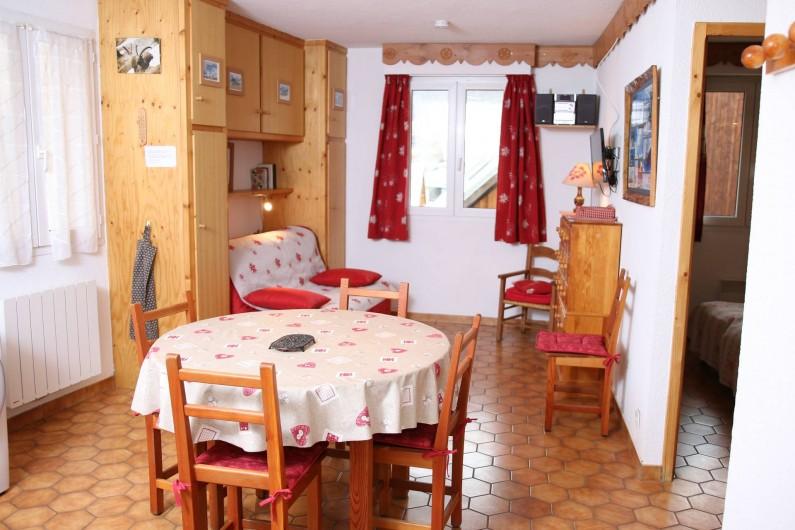 Location de vacances - Villa à Saint-Chaffrey - Pièce principale avec canapé lit double