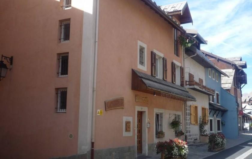 Location de vacances - Villa à Saint-Chaffrey - Façade maison : appartement exposé coté sud de l'autre coté