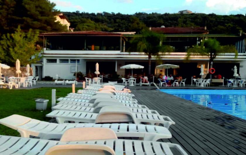 Location de vacances - Appartement à Agropoli - Vue du bar et du restaurant du bord de la piscine