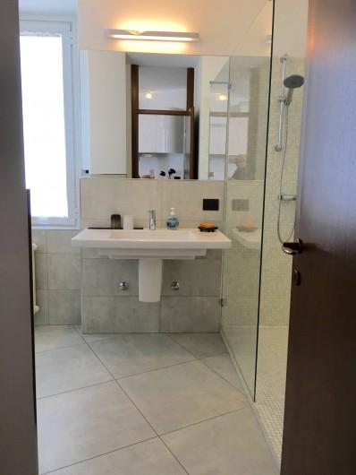 Location de vacances - Appartement à Bergame - grande salle de bain avec fenêtre