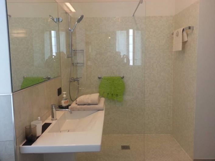 Location de vacances - Appartement à Bergame - salle de bain avec fenêtre et grande douche de 1m70 x 80cm