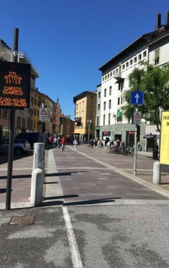 Location de vacances - Appartement à Bergame - début rue piétonne l'appartement est dans l'immeuble jaune