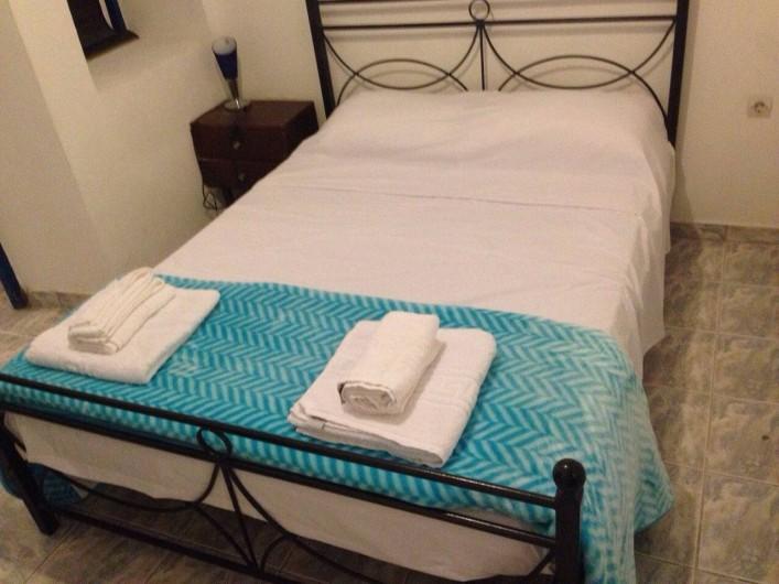 Location de vacances - Appartement à Mesaria - Deux lits doubles.