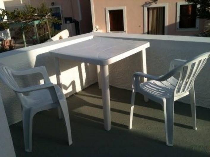 Location de vacances - Appartement à Mesaria - Café grecque sur la terrasse.