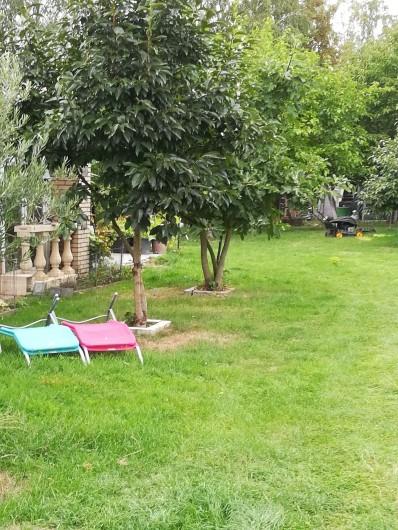 Location de vacances - Chambre d'hôtes à Trivières - VUE DU JARDIN ET  CHAISES LONGUES A DISPOSITION