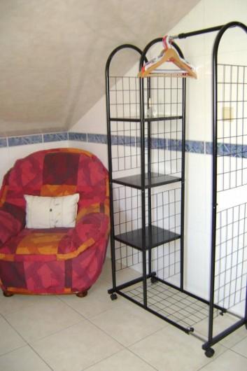 Location de vacances - Chambre d'hôtes à Trivières - SALLE DE DOUCHE COIN REPOS PENDERIE