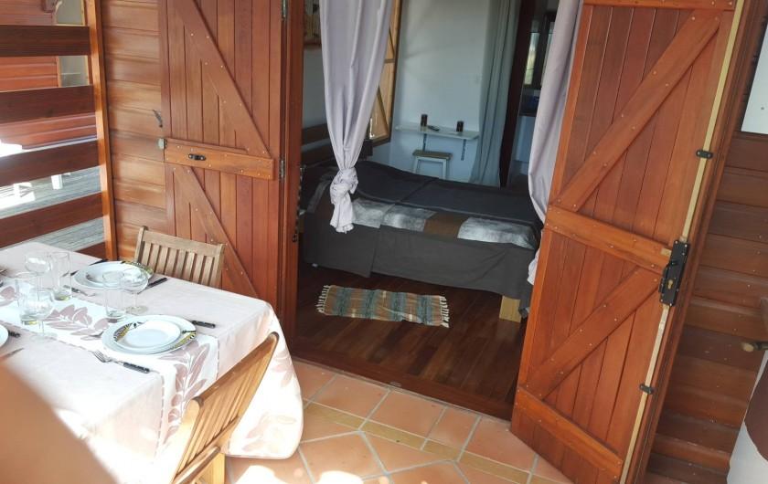 """Location de vacances - Bungalow - Mobilhome à Saint-François - Terrasse du bungalow """"Chocolat-vanille"""""""