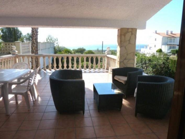 Location de vacances - Villa à L'Ametlla de Mar - salon et mobiler de jardin sur terrasse