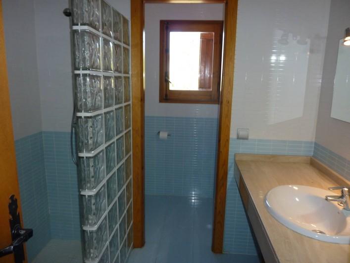 Location de vacances - Villa à L'Ametlla de Mar - les 2 salles de douche à l'italienne quasiment identiques