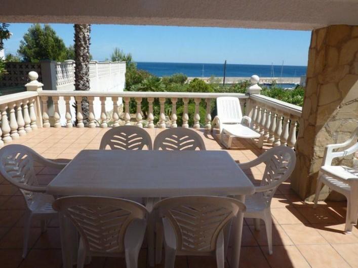Location de vacances - Villa à L'Ametlla de Mar - terrasse avec barbecue et vue sur la mer