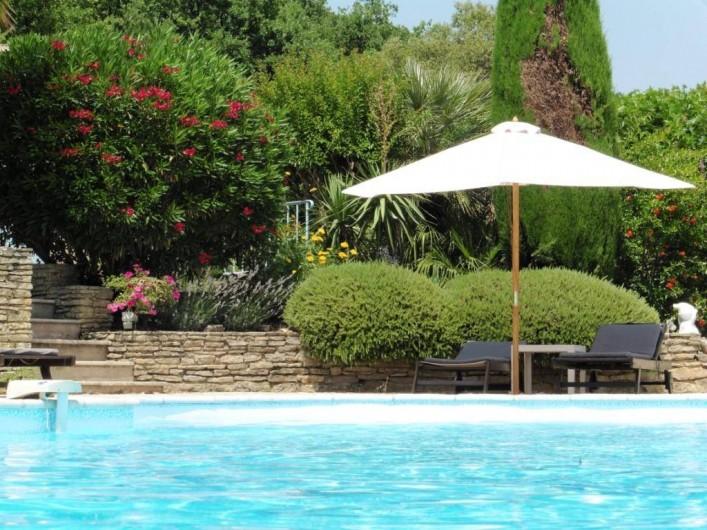 Location de vacances - Chambre d'hôtes à Entrechaux - Au bord de la piscine.