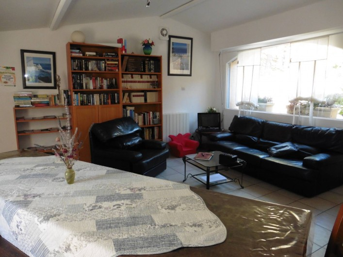 Location de vacances - Chambre d'hôtes à Entrechaux - Le salon où chacun peut se reposer, échanger ou se restaurer.