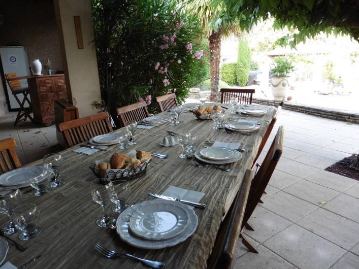 Location de vacances - Chambre d'hôtes à Entrechaux - La table d'hôte certains soirs en été.