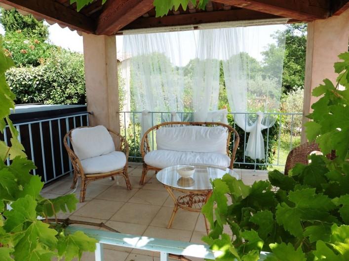 """Location de vacances - Chambre d'hôtes à Entrechaux - Coin """"apéro"""" face à la piscine."""