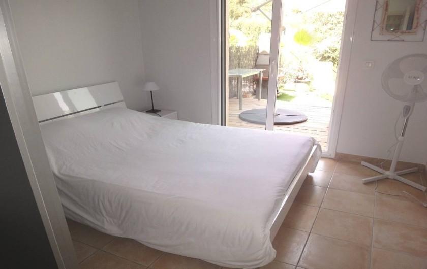 Location de vacances - Villa à Porticcio - CHAMBRE 1 AVEC PLACARD ET VENTILATEUR TABLES DE  NUIT