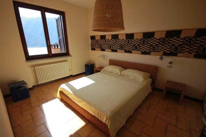 Location de vacances - Maison - Villa à Lenno - Chambre principale avec lit extra large et vue sur le lac