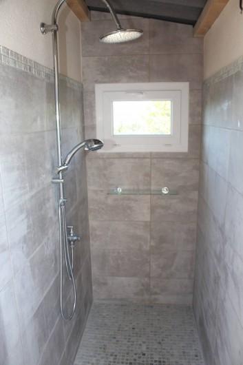 Location de vacances - Chambre d'hôtes à Porticcio - Local Douche extérieur avec eau chaude