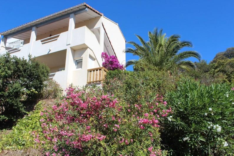 Location de vacances - Chambre d'hôtes à Porticcio - La maison en arrivant sur le parking privé
