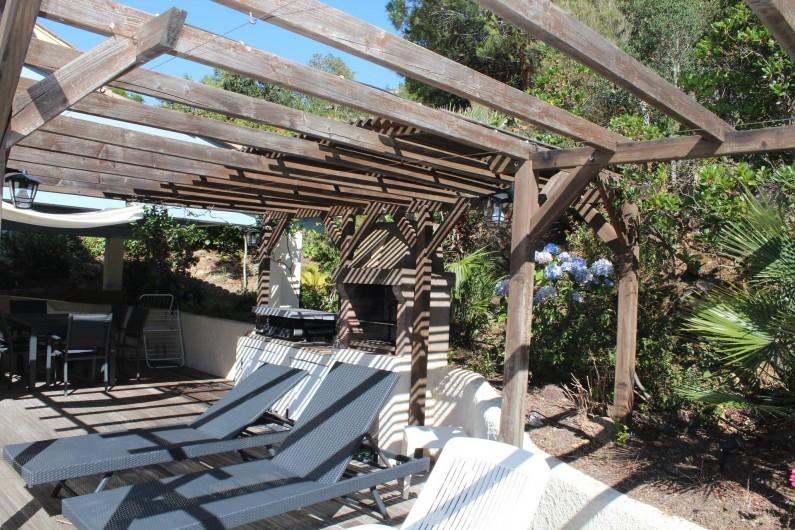 Location de vacances - Chambre d'hôtes à Porticcio - Pergola sur terrasse avec barbecue et plancha