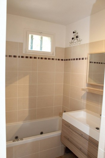 Location de vacances - Chambre d'hôtes à Porticcio - Salle de bains étage avec baignoire à remous