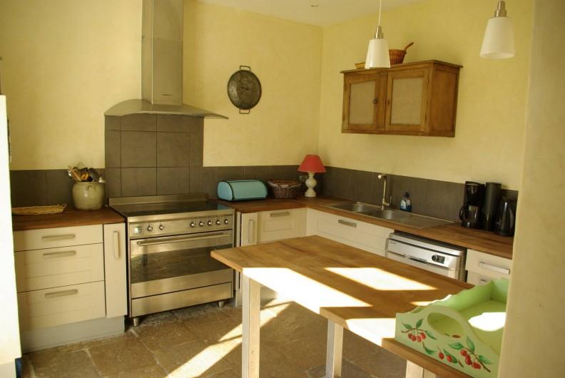 Location de vacances - Chalet à Scey-Maisières - cuisine a cote de la salle a manger avec acces direct sur le parc