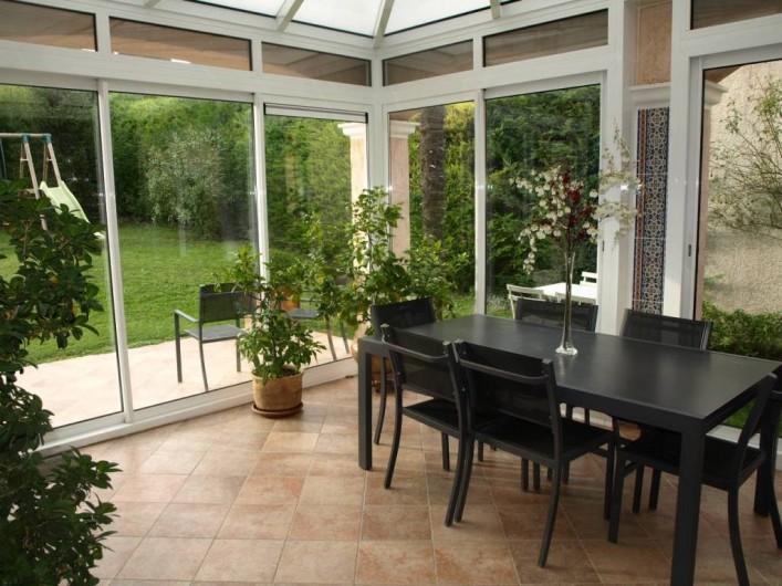Location de vacances - Villa à Alleins - véranda spacieuse