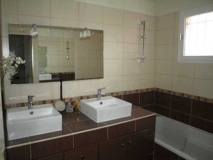 Location de vacances - Villa à Alleins - salle de bain  à l'étage