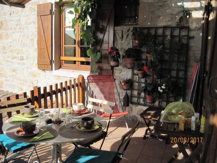Location de vacances - Chambre d'hôtes à Pélussin - la terrasse pour le petit déjeuner à la belle saison