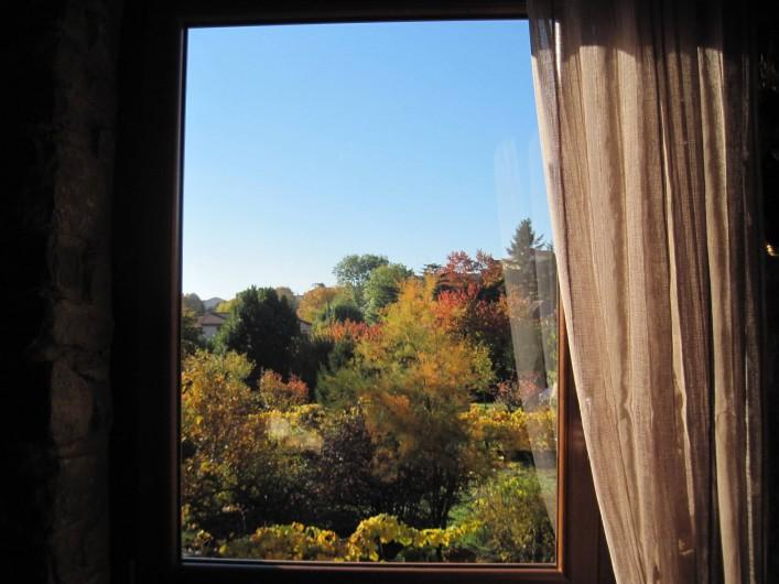 Location de vacances - Chambre d'hôtes à Pélussin - vue du jardin en automne