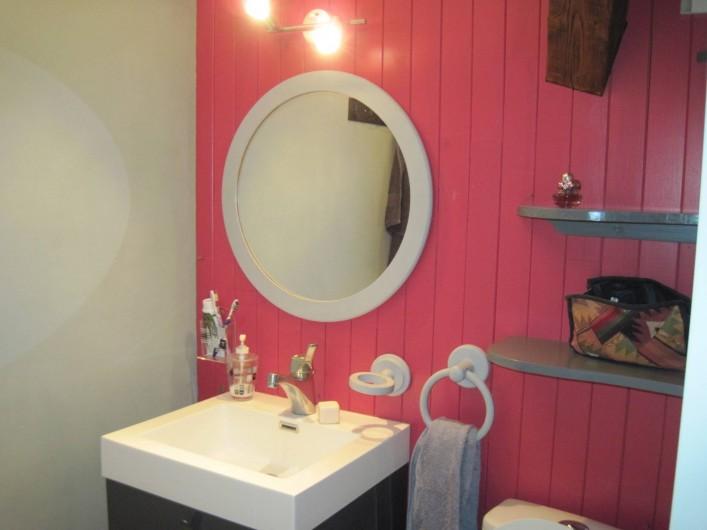 Location de vacances - Chambre d'hôtes à Pélussin - une partie de la salle de bains