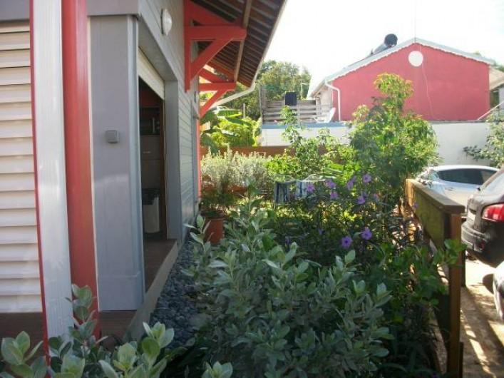 Location de vacances - Appartement à Sainte-Anne - jardin coté parking