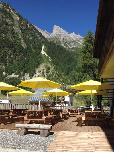 Location de vacances - Chalet à Pralognan-la-Vanoise - Terrasse parasols montagne été